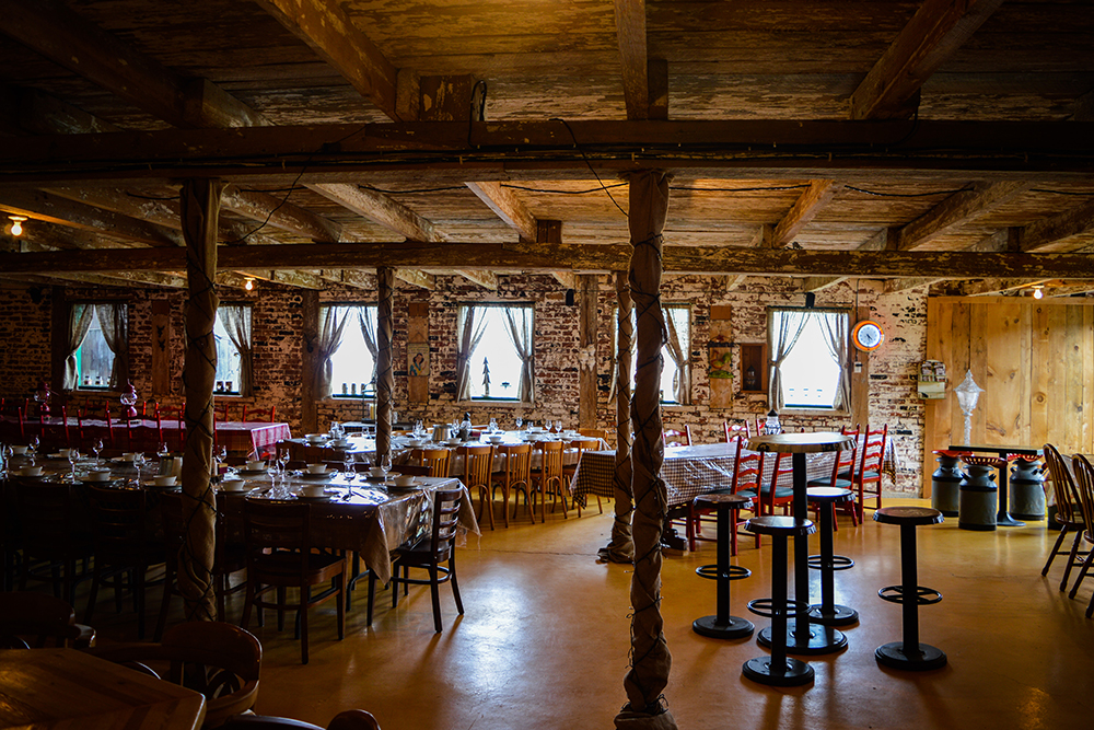 Bistro La Dent Sucrée's hundred-year-old barn Photo credit: lamagiedelapomme.com